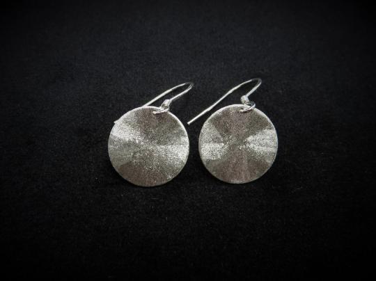 Schimmernde Ohrhänger aus Silber