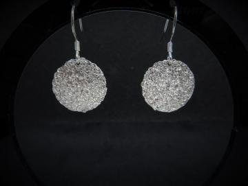 Stark gehämmerte und strukturierte Ohrringe aus Silber
