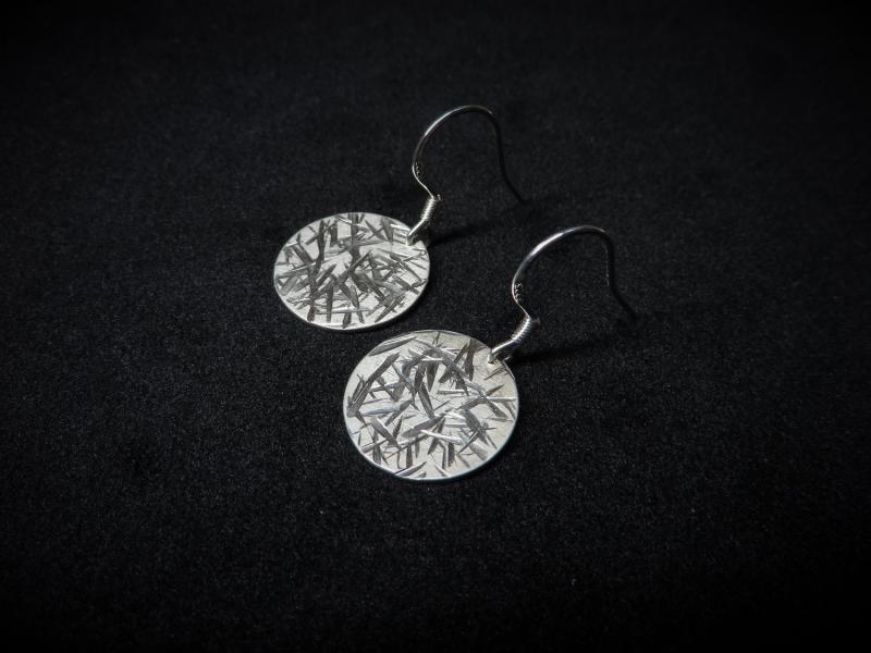 Gehämmerte Ohrringe aus 925 Silber mit Streifen