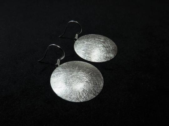 Gebürstete Ohrringe aus gewölbter Scheibe