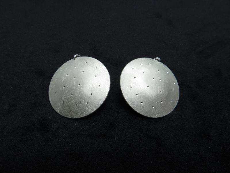 Silberohrringe aus großen Kreisen mit strahlenden Vertiefungen