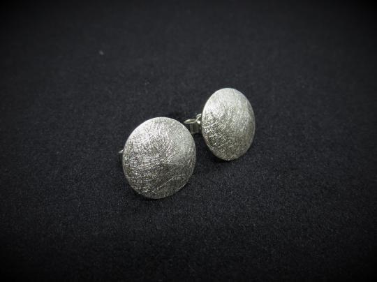 Gebürstete, runde Ohrstecker aus Silber
