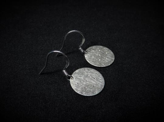 Ohrhänger mit strahlenden Kratern